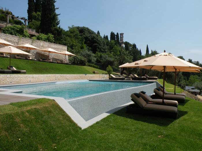 Soluzioni per costruire una piscina su un terreno in for Soluzioni giardino in pendenza
