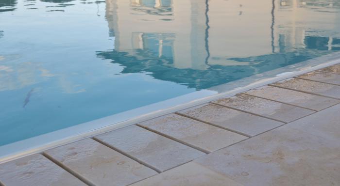 12 esempi di griglie per piscine con bordo a sfioro rassegne