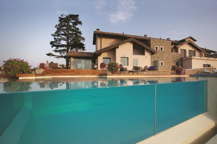 Piscine con bordo in vetro: 3 esempi  News da e per l'industria della piscina italiana  Sport ...