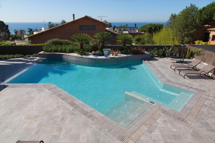 Pavimentazioni in ceramica per piscina news da e per l for Pavimenti per piscine