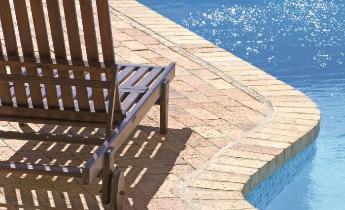 Piastrelle Klinker Per Piscina : Esempi di griglie per piscine con bordo a sfioro sistemi