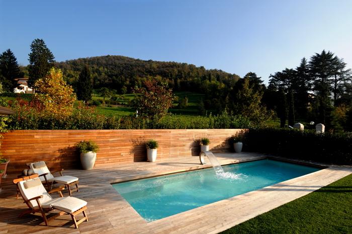 Piscina privata rettangolare con bordo a sfioro sport - Quanto costa una piscina interrata ...