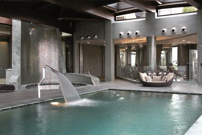 Piscina in cemento armato all 39 interno di un resort sport - Piscina cemento armato ...